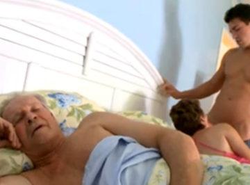 imagen Beneficiandose a su tia con el marido en la cama