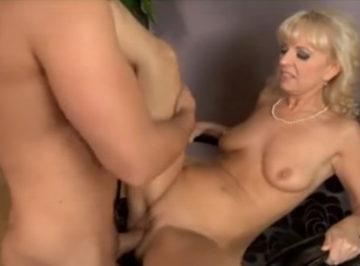 imagen una señora en la casa y una puta en la cama