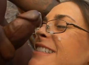 imagen se corre en las gafas de la señora