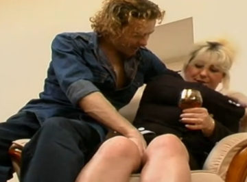 imagen madura y casada seducida por un joven pulpo