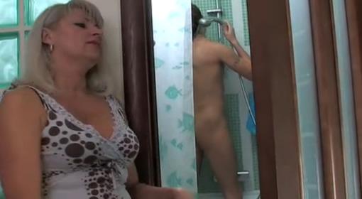 Angelina jolie se ducha con la chica