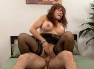 imagen mujer madura poniendo los cuernos a su marido