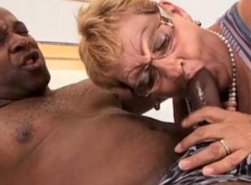 imagen Este negro si que no se le escapa a la abuela