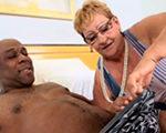 imagen Masajista vieja con un cliente negro