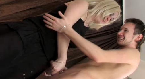 Madurita seduciendo a un joven