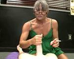imagen Masturba a su marido fumando