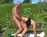 imagen Abuela sorprendida por un abuelo en el campo