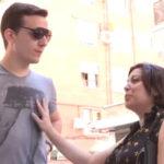 imagen Cuarentona española abordada en plena calle