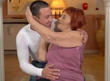 imagen La vieja folló con su joven profesor de yoga