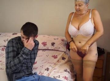 imagen Abuela intenta seducir a su nieto y lo consigue