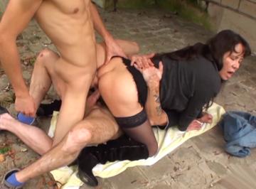 imagen Madre follando con dos amigos de su hijo