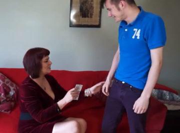 imagen Madura ofrece dinero a su joven vecino a cambio de sexo