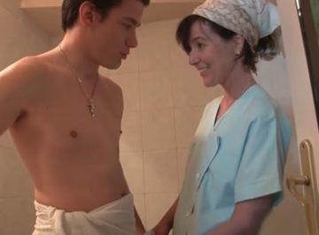 imagen Madre pilla a su hijo en el baño y acaban follando