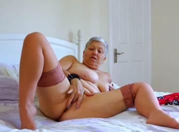 imagen Vieja de 75 años con un cuerpo perfecto, mírala masturbándose