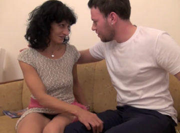 imagen Cincuentona cachonda follándose a su novio al que dobla la edad