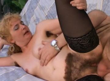 imagen Cuarentona excesivamente peluda follando con el gordo de su amante