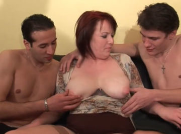 imagen Casada hace su primer trío casero con dos jovencitos