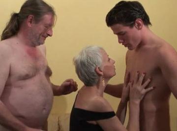 imagen Comparte a su vieja esposa con un jovencito