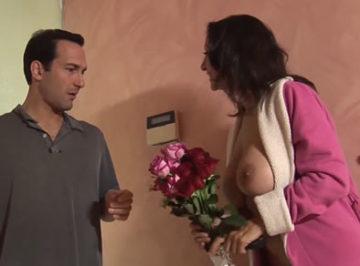 imagen Le regaló flores y ella le enseñó las tetas, así fue como se la folló