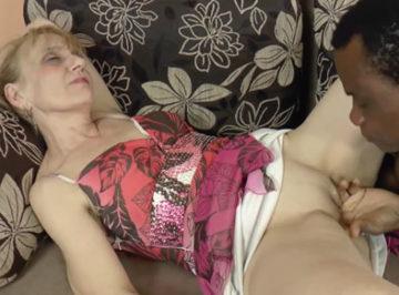 imagen El negro la pilló dormida, pronto le metió su tranca