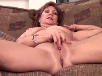 imagen A la vieja le gusta masturbarse frente a su webcam