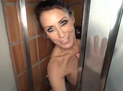 madre duchandose
