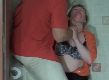 imagen Pilla a su suegra en el baño y la deja temblando