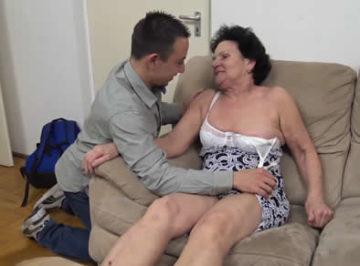 imagen Su abuela de 73 años era una puta, así se la folló