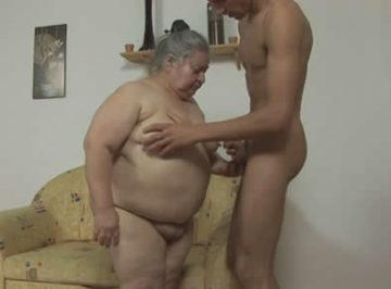 imagen Anciana pilla a su nieto pajeándose y quiere su polla
