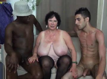 imagen Tetuda francesa hace un trío con dos chicos