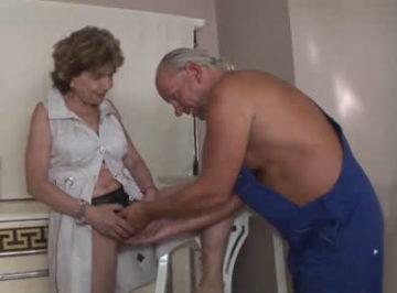 imagen La anciana puso los cuernos a su marido con otro viejo