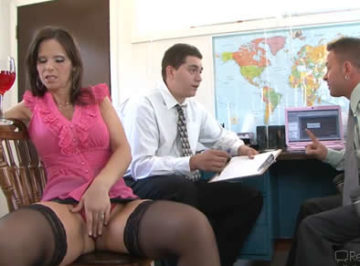 imagen La milf se aburría en la oficina y les ofreció su coño