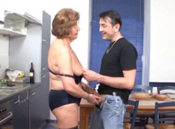 imagen La abuela estaba caliente, se la folla en la cocina