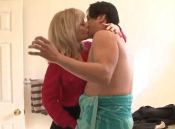 imagen Madre ardiente seduce a un amigo de su hijo