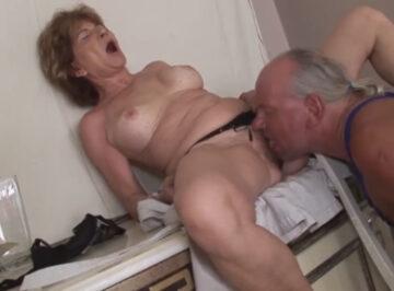 imagen Ama de casa jubilada de 78 años follada por el culo