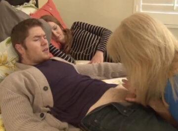 imagen Despierta al novio de su hija con una mamada