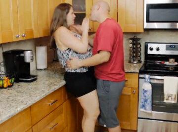imagen Se lleva un guantazo por besarla en la cocina