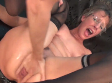 imagen Esposa infiel y madre experimenta un brutal squirt con dos tíos