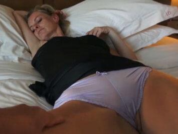 A su madrastra le gusta que la follen dormida