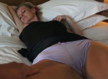 imagen A su madrastra le gusta que la follen dormida