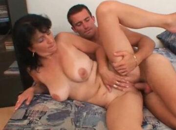 imagen La señora mantiene feliz a su amante joven