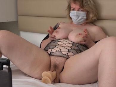Mamá se gana la vida masturbándose