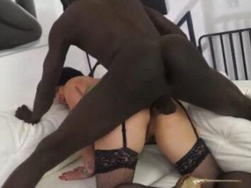 Un africano le estuvo follando el culo a mamá