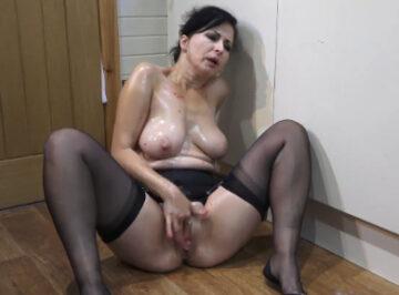 imagen Ama de casa se masturba en la cocina
