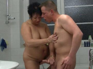 imagen Gorda alemana se folla a un joven en el baño