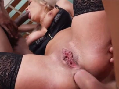 Le folla el culo a su tía mientras ella se la chupa a un negro