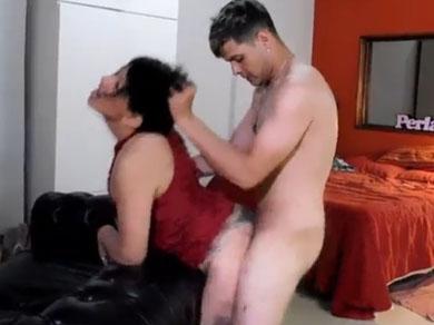 Quiere reformarse pero su madre siempre lo pone cachondo